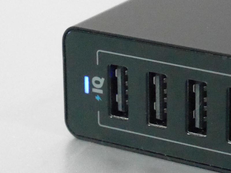 接続した機器を検知し高速充電を行う同社の独自規格「PowerIQ」に対応。接続中は青のLEDが点灯する。明るさはかなり控えめ