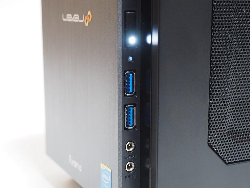 本体右側面前部。上から、電源ボタン、アクセスランプ、USB 3.0端子×2、マイク端子、ヘッドフォン端子。電源ボタンにはステータスランプが一体化している