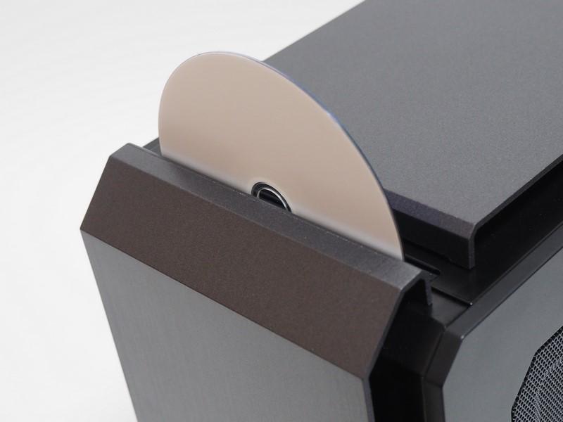 オートローディングタイプの光学ドライブ。光学メディアの挿入はそのまま可能だが、イジェクトボタンを押すためには本体天面を背面側に少しスライドさせる必要がある