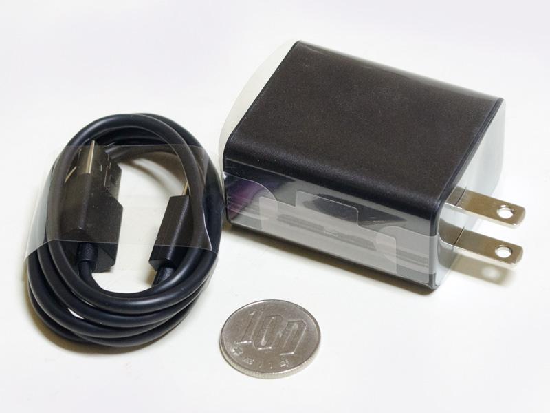 USB式のACアダプタ。サイズ約50×40×25mm(同)、重量63g