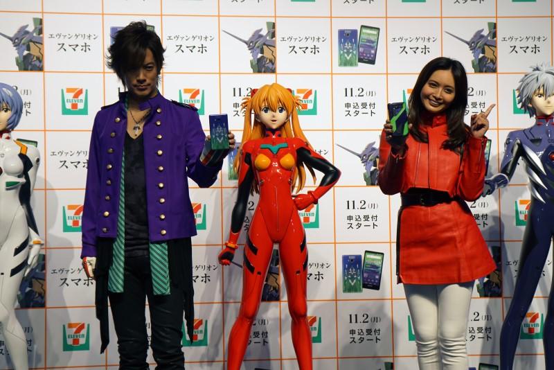 DAIGOさんと加藤夏希さんが登壇し、エヴァスマホを紹介。「YYST」(予約殺到)間違いなしというDAI語が飛び出す場面も