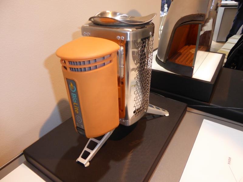 BioLite HomeStove。熱を使ってUSBの給電ができる