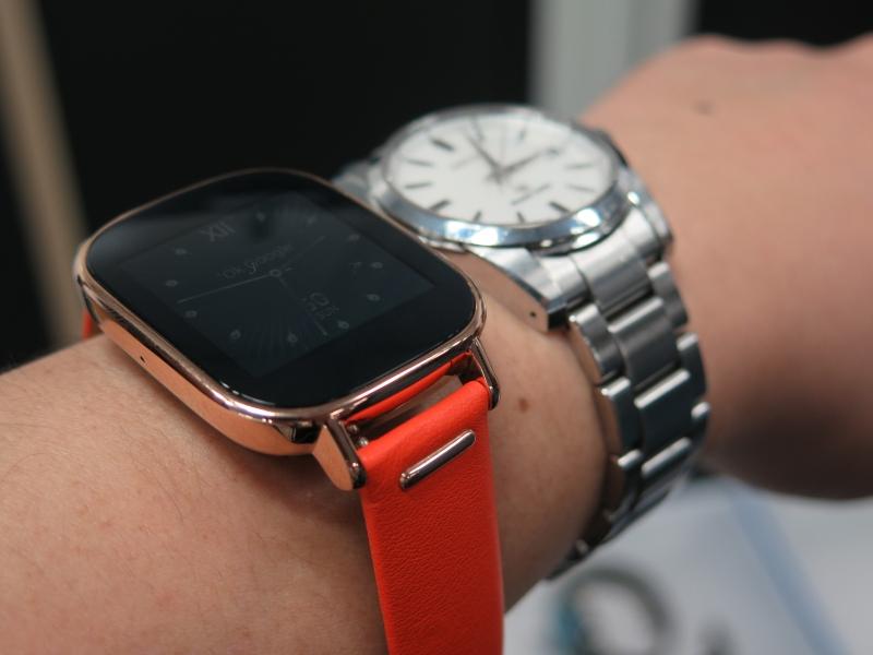 45mmモデルを腕に着けたところ。一般的な腕時計と比較して厚みがある