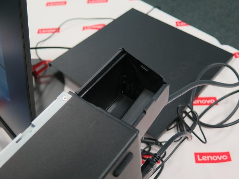 電源ユニットに搭載されるエアフローリフレクター。常に上部に排気させることで、対面設置のオフィスで目の前の人に排気が行くことを防ぐ