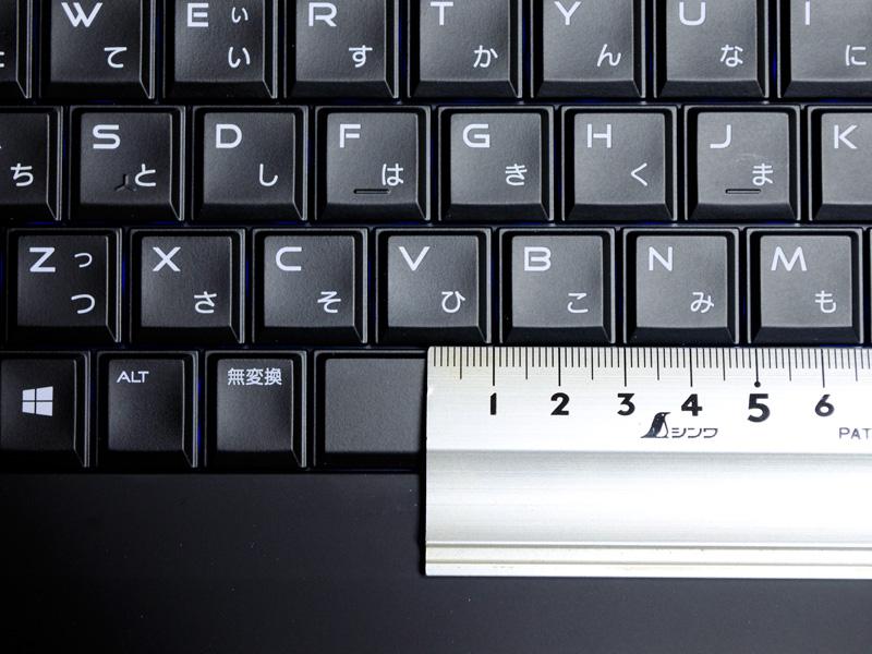 キーピッチは実測で約19mm。フットプリントに余裕がある分、歪な並びやピッチが狭くなる部分も無く快適に操作できる