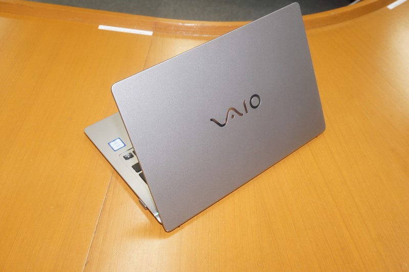 VAIO S11、第6世代Coreプロセッサを採用した11型ノンタッチアンチグレア液晶搭載ノートPC。重量約920~940gで、SIMロックフリーのLTEモデムを内蔵している