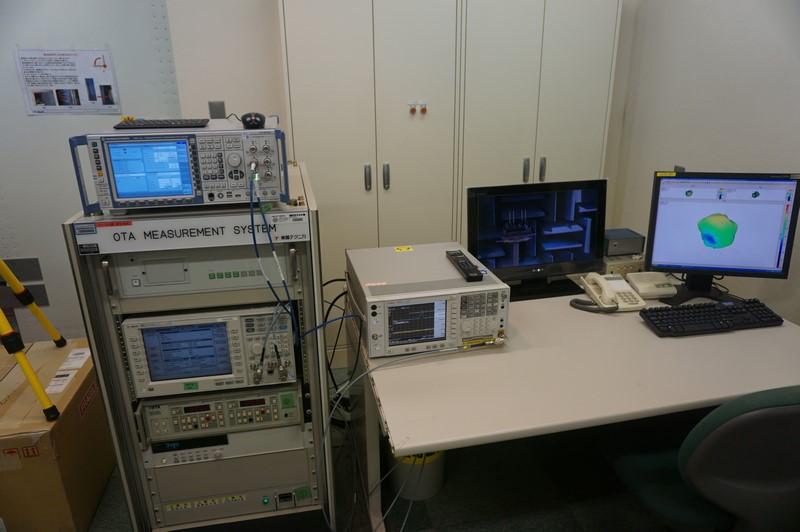 OTA測定装置。システムに組み込んだ状態で電波の受信強度などを計測したりできる。今回のVAIO S11はこうした装置を使って、スマートフォンメーカー並の厳しい試験をパスしたバンドのみの対応を謳っている