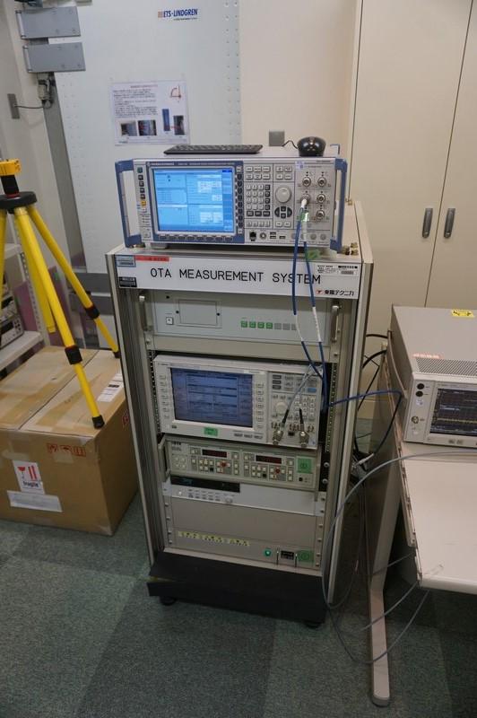 OTA測定装置の検査機器、上の装置が4G用、下の装置が3G用