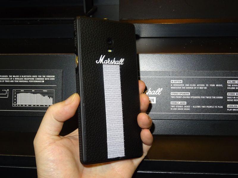 Marshallアンプを彷彿とさせるデザイン。白いマジックテープは展示の固定用に付けられているもの
