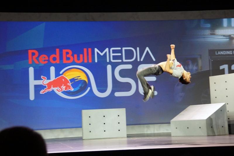 Red Bull Media Houseのデモ、選手の体にセンサーを取り付けている