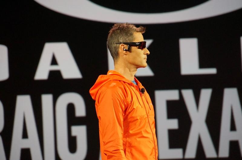 トライアスロンの世界的な大会であるIRONMANで3度の世界チャンピオンに輝いたクレイグ・アレクサンダー氏によるスマート・アイウェアのデモ