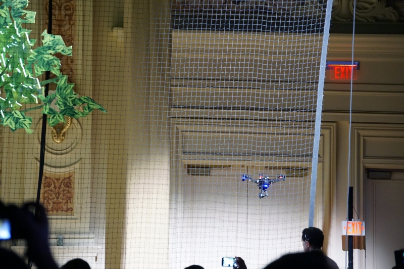 RealSenseのカメラが搭載されており、障害物を自分で避けながら飛んでいく