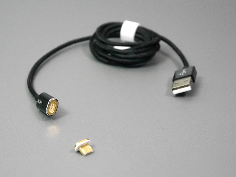 Micro USBコネクタの先端がマグネットで着脱式になっている。ケーブルの被覆はナイロンタイプでしなやかだ