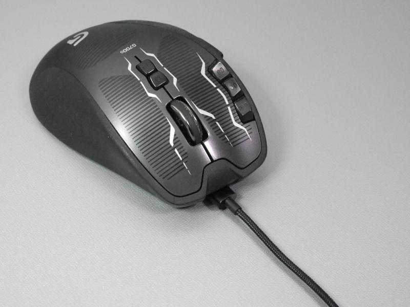 ロジクール「G700s」に取り付けたところ。本体を充電しつつ、有線マウスとして使える
