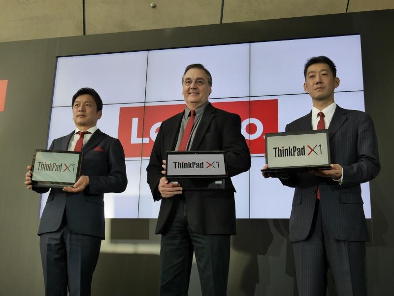 ThinkPad X1シリーズを持つ留目氏、David氏、大谷氏(左から)