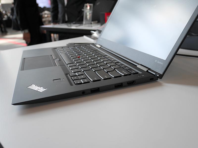 ThinkPad X1 Carbonの右側面