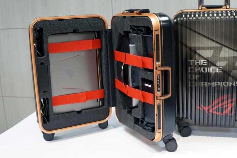付属のスーツケースは旅行カバンそのもの