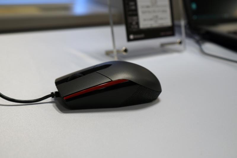 付属マウスの「ROG Sica」