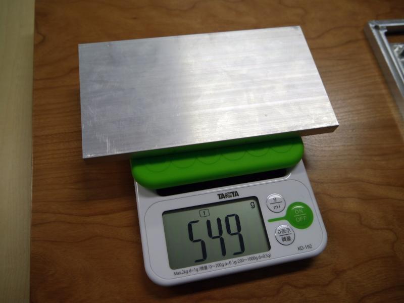 VAIO Phone Bizはアルミを徹底して削りだして高い質感を実現している。10分の1以下の重量になるまで削り出す