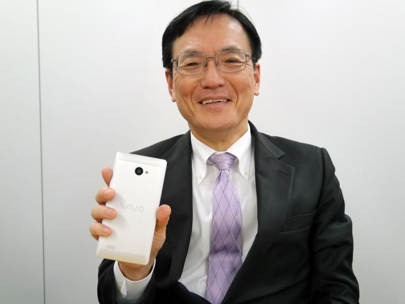 VAIO Phone Bizを手に持つ、VAIO株式会社 代表取締役社長の大田義実氏