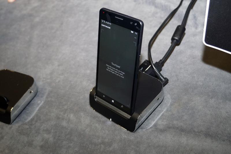 デスクドック。背面にACアダプタ、イーサネット、DisplayPort、USB(A端子)×2、USB Type-Cが用意されている