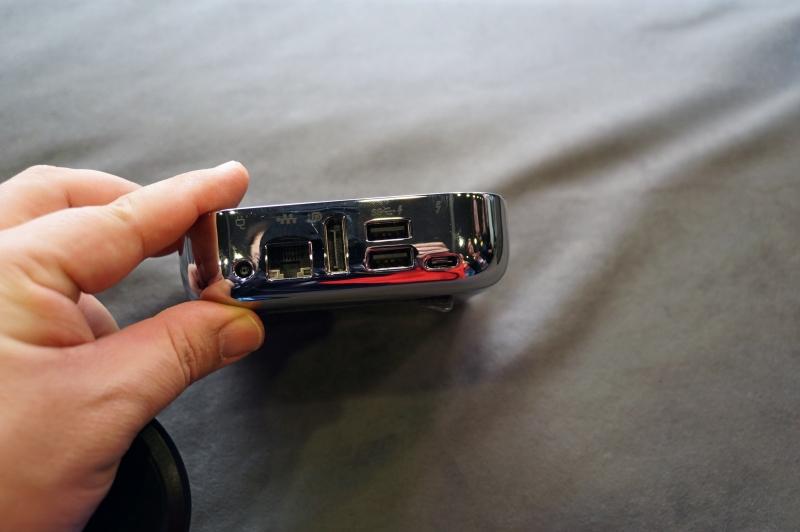 ノートドック、Miracastのレシーバも兼ねておりクラムシェル型ノートPCと同じように使うことができる。ただし、今回はモックで動作していなかった