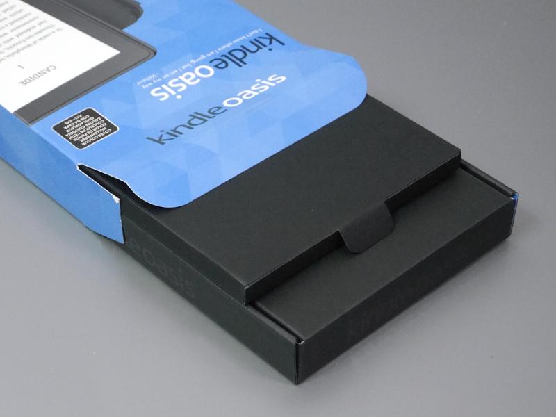箱の中にはOasis本体と、バッテリ内蔵カバーが別々に封入されている