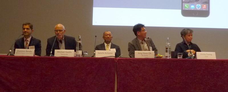 登壇したパネリスト。左から、Zvonimir Bandic氏(Western Digital)、Michael Gaidis氏(Samsung Electronics)、Seiichi Aritome氏(コンサルタント)、Jong Hoon Oh氏(SK hynix)、Annie Foong氏(Intel)