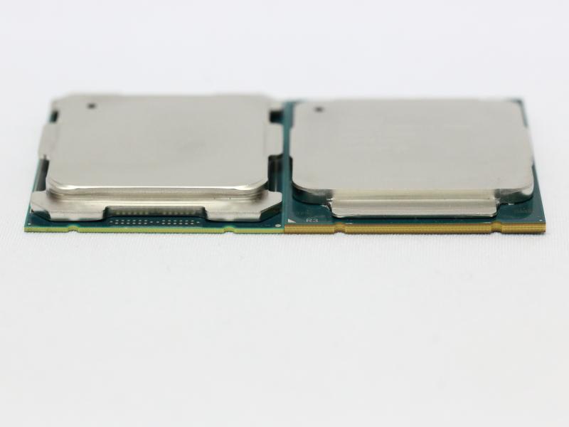 Core i7-6950XはCore i7-5960X(写真右側)より薄い基板を採用している