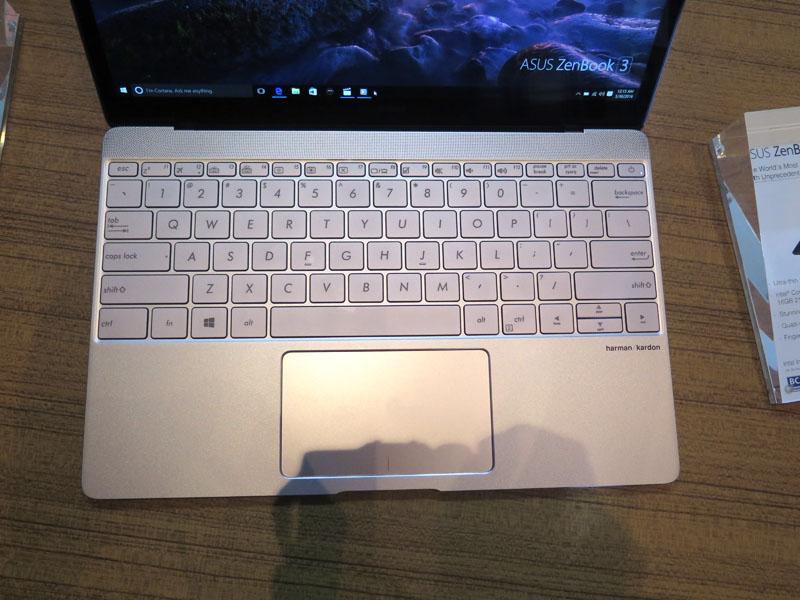 端から端まで使ったゆとりのあるキーボード