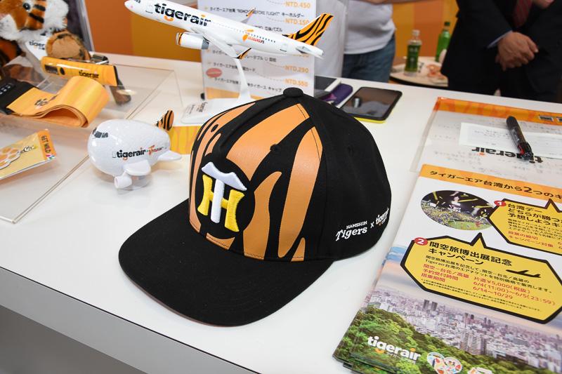 機内と関空旅博でしか買えないオリジナルコラボ帽子。3300円で先行予約販売