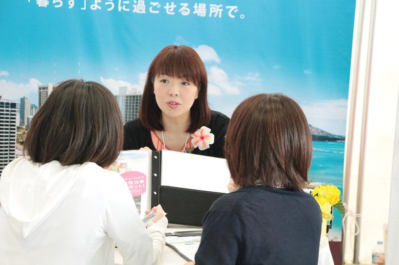 専門スタッフによる問い合わせ対応と、プログラムの利用に関するアドバイスが行なわれており、多くの人が集まった