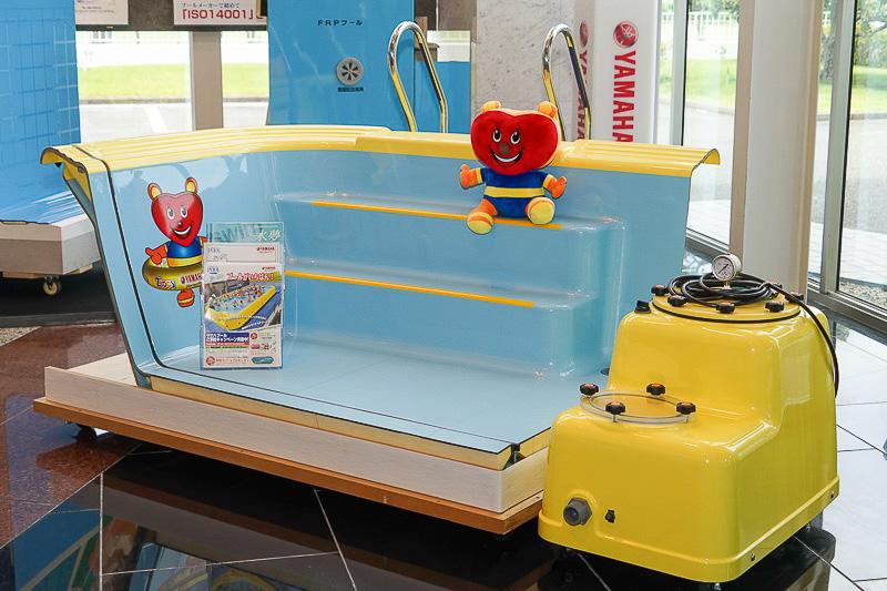 幼児用のユニットプールのカットモデル展示。各ユニットをスパナとレンチで接続して組み立てる。シーズン後分解して保管可能