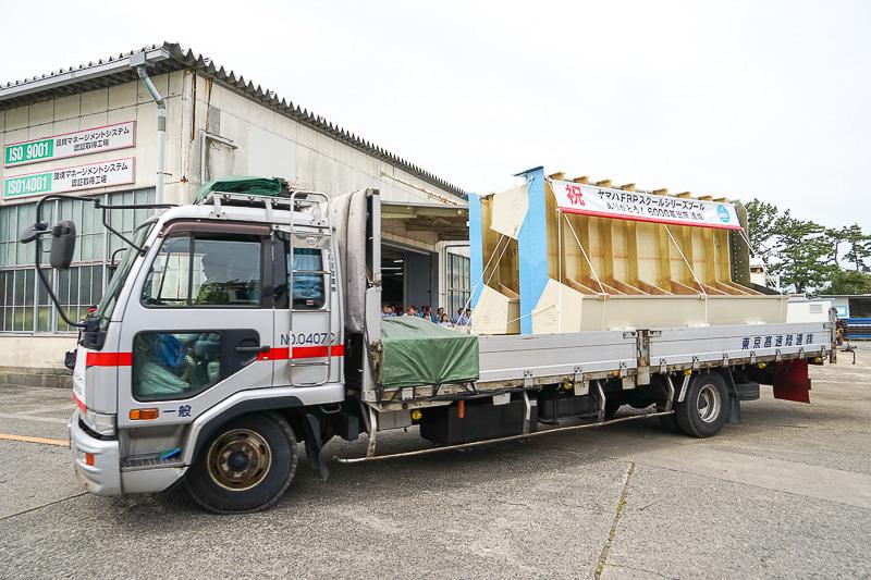 6000基目のFRP製スクールシリーズが3台のトラックで出荷される