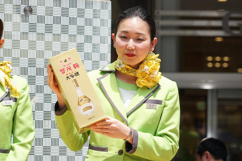 Spring JapanのCAとのジャンケン大会では、大吟醸酒のほか、熊野筆などの地元工芸品やお土産のお菓子といった豪華賞品