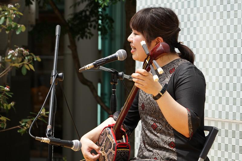 奄美大島から駆けつけた「すもも」というユニットで活躍する指宿桃子さんが、ミニステージを披露