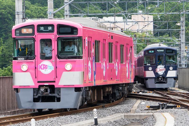 「西武・電車フェスタ2016 in 武蔵丘車両検修場」の電車撮影会に登場した、きゃりーぱみゅぱみゅさんの世界観をラッピングした特別電車「SEIBU KPP TRAIN」と、埼玉西武ライオンズロゴとカラーでラッピングした9000系「L-train」