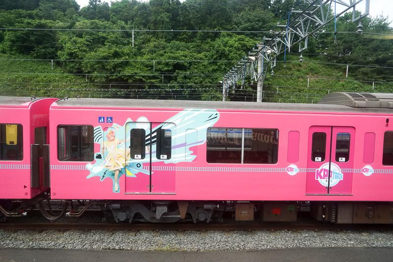 特別電車「SEIBU KPP TRAIN」横を通り過ぎる