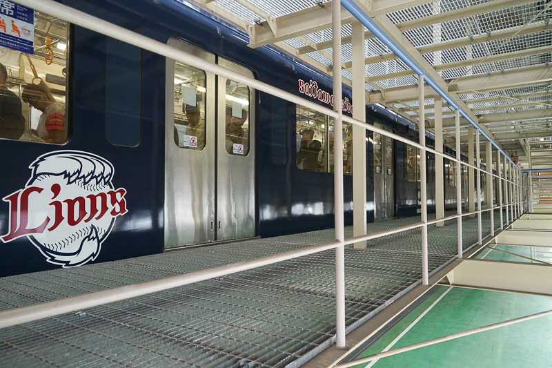 直通臨時電車は車庫内の臨時発着所に到着。。帰りの直通臨時電車も同じ場所から乗る