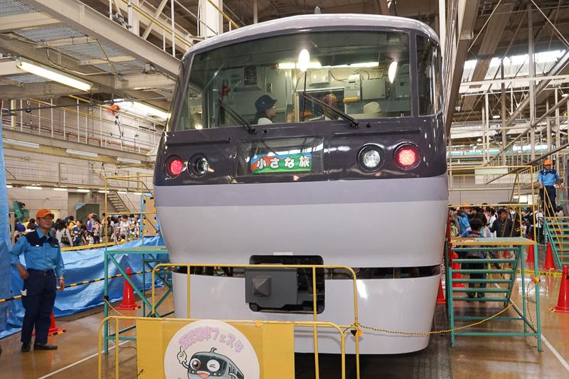 10000系ニューレッドアローは、乗務員室(運転席)の見学ができる。大人気で常時長蛇の列