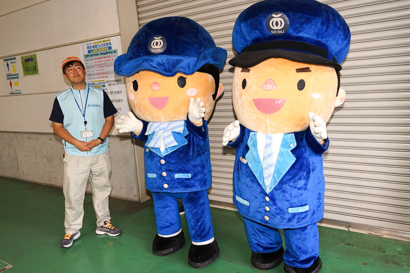 西武鉄道の駅員さんキャラクター「スマイルちゃん」(左)と「レイルくん」(右)に出会えた