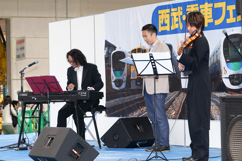 ステージも用意され、ライブやものまねなども楽しめた。写真は「スギテツ」と「小笠原 聖」さんのライブ