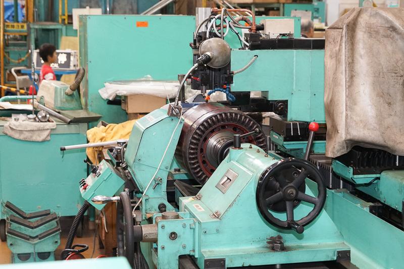 直流電動機の整流子面を削り溝の深さを保つ作業をする装置