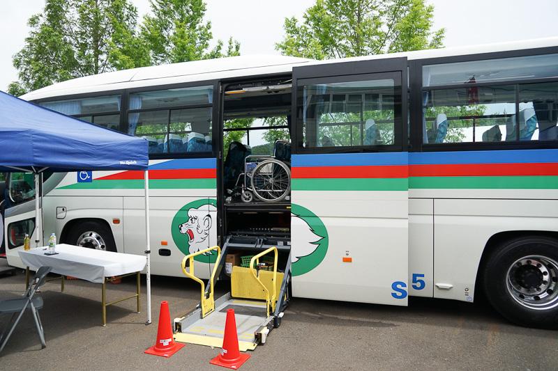 車いす対応のリフト付きの観光バスを展示