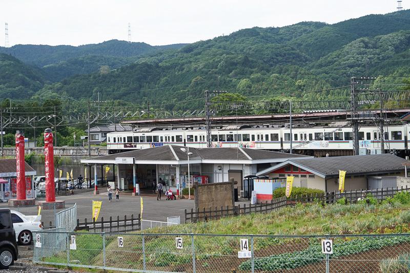 帰路は直通電車ではなく高麗駅まで歩くこともできる。飯能駅までの4000系の臨時列車が出ていた