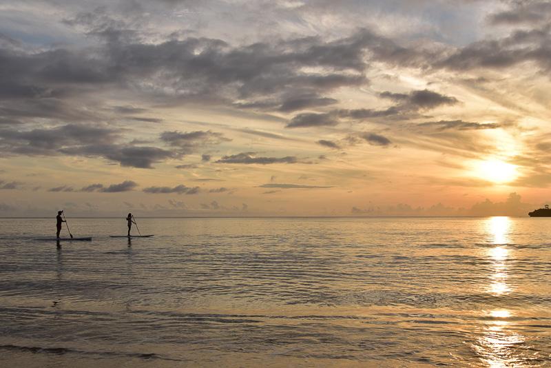 夕暮れどきの静かな海をパドリングしていく「夕凪SLOW SUP」