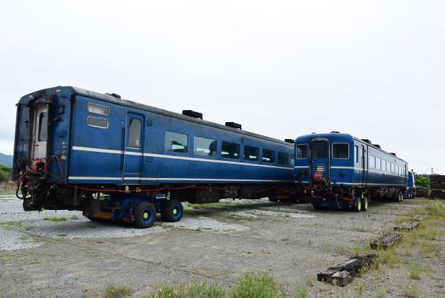 今回導入の14系座席車、写真はスハフ14 557(左)とスハフ14 502(右)。ほかにオハ14を2両導入