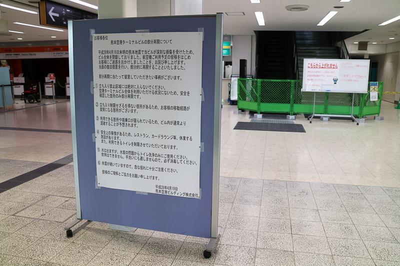 熊本空港では復旧工事の音が響くなか、各航空会社のカウンターや土産物屋などが営業。飲食店は閉鎖されたままだが、仮設店舗で営業が始まっていた