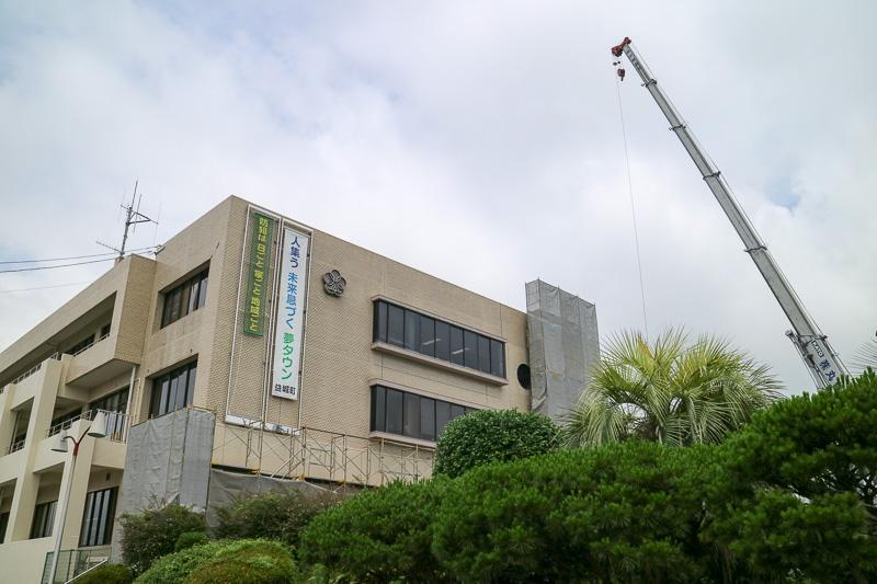 益城町中央公民館の講堂では被災者向けの行政サービス窓口が設けられている