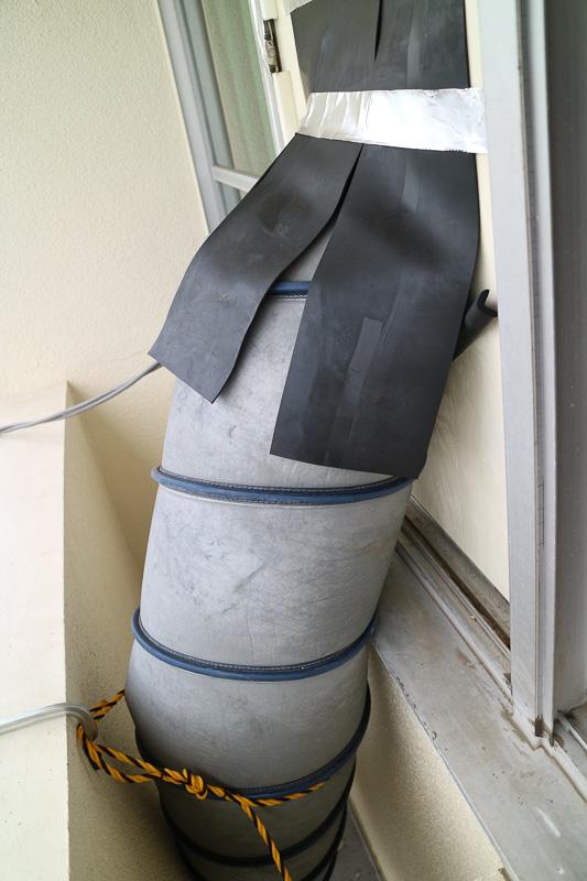 2階の窓から送風管を建物内へ引き込む